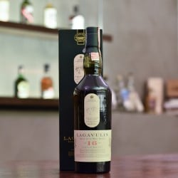 Lagavulin 16 Year Old - Old Bottling (White Horse)